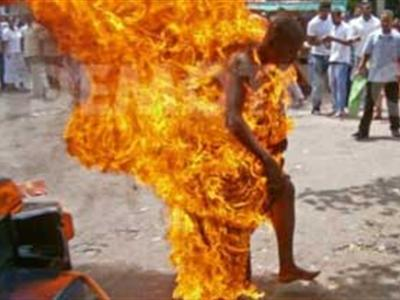 Monk sets himself on fire (Pictures)